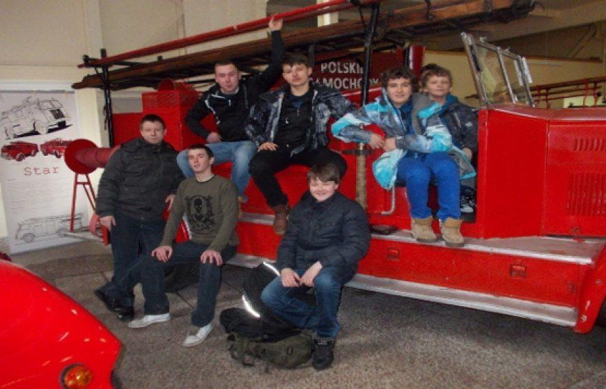 Młodzieżowa drużyna pożarnicza w muzeum pożarnictwa.