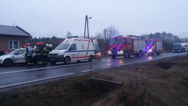 Czołowe zderzenie dwóch samochodów osobowych we wsi Bonowice.