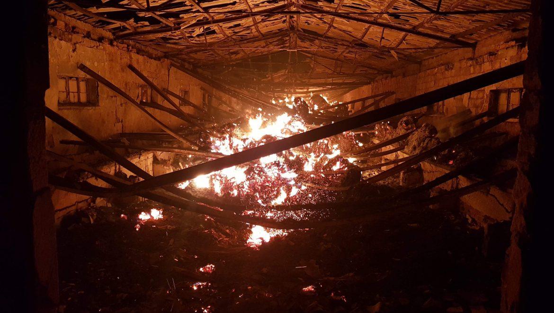 Pożar obory wypełnionej słomą